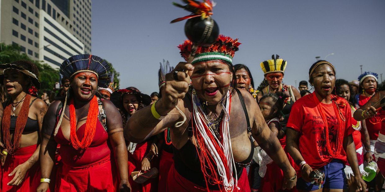 Brasilien: Indigene Frauen nehmen an einem Protest gegen die Umweltpolitik des Präsidenten Bolsonaro und den Verlust ihrer traditionellen Siedlungsgebiete teil.