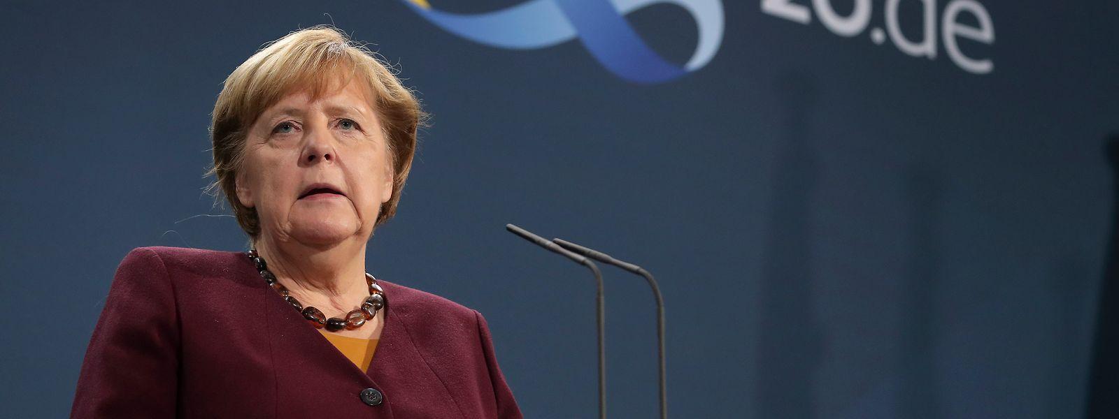 Die deutsche Bundeskanzlerin Angela Merkel (CDU) spricht mit Journalisten im Kanzleramt.