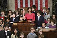 Nancy Pelosi (M.) leistete ihren Amtseid inmitten von Kindern ab, darunter ihre eigenen neun Enkel.