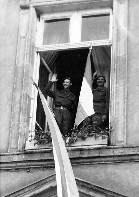 A aclamação do príncipe Félix e do príncipe Jean, em 1944, à janela da Câmara Municipal, na place Guillaume.
