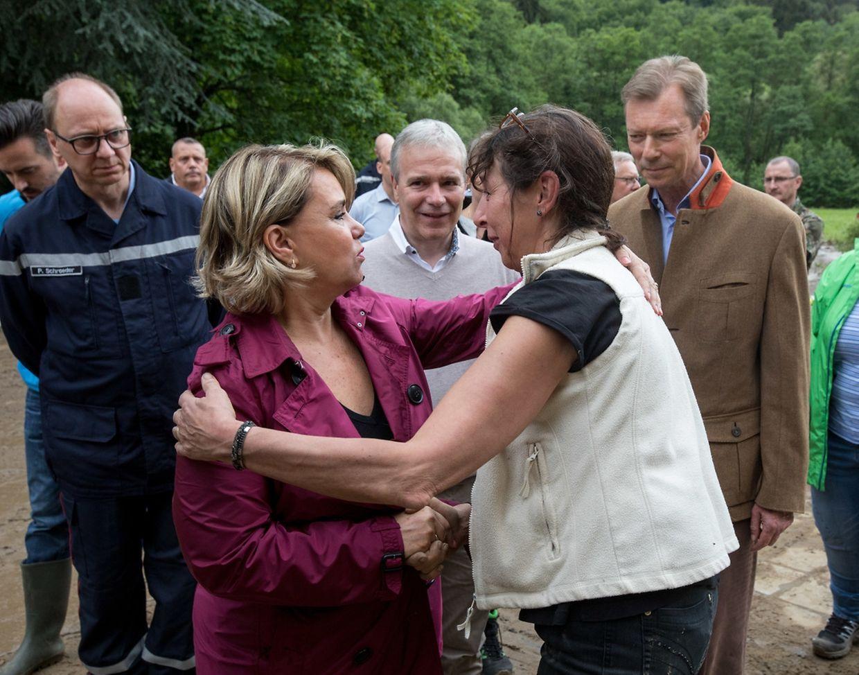 Le couple grand-ducal à la rencontre des victimes des inondations.