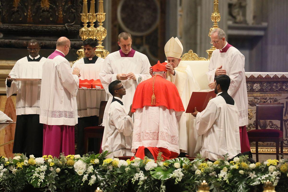 Le pape François a remis à l'archevêque la mitre de son nouveau statut religieux.