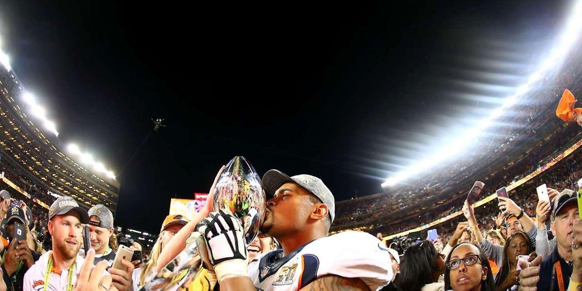 Ryan Harris von den Denver Broncos freut sich über die Trophäe.