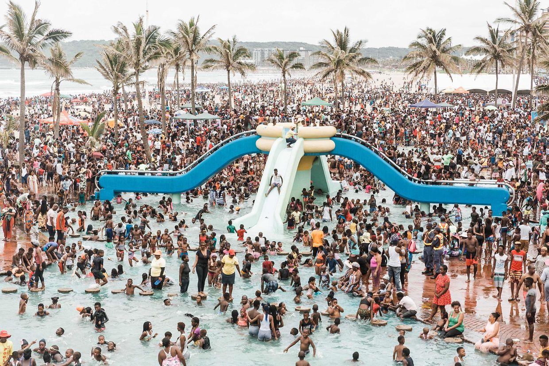 """Durban. """"The Place to Be"""": 100.000 Einwohner haben zum Jahreswechsel einen Tag an der """"North Pier Beach"""" verbracht."""