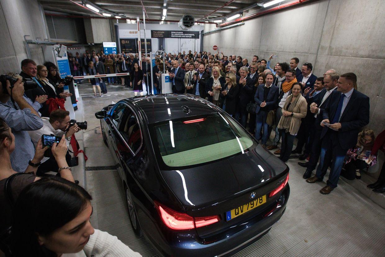 L'arrivée de la bourgmestre et de son équipe à l'inauguration du parking Royal Hamilius.