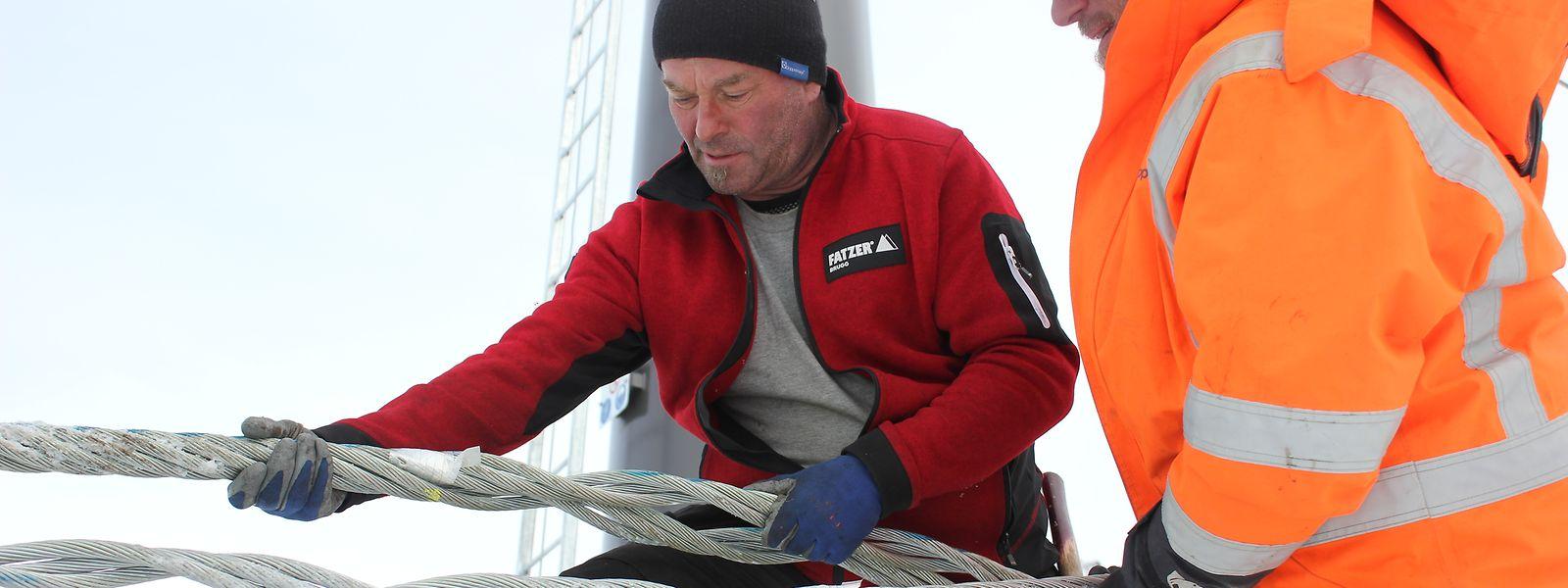 """Der Herr der Stahlseile: Spleißer Hannes Koller (l.) konzentriert sich auf seine Arbeit im """"Remarkables""""-Skigebiet in Neuseeland."""
