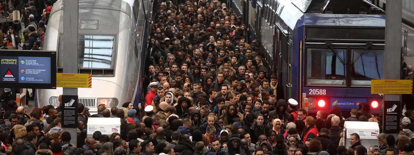 Die Bahnsteige waren teilweise hoffnungslos überfüllt.