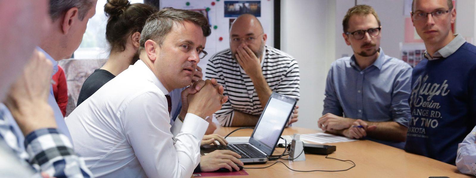 """Xavier Bettel esteve hoje nas instalações do editor do Contacto, o grupo saint-paul, para ser """"chefe de redação por um dia"""" do Luxemburger Wort."""