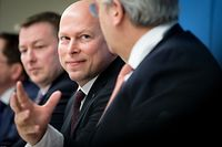 Uni-Rektor Stéphane Pallage (2.v.r.) mit Yves Elsen, Präsident des Conseil de gouvernance (1.v.r.) und Hochschulminister Marc Hansen (3.v.r.)