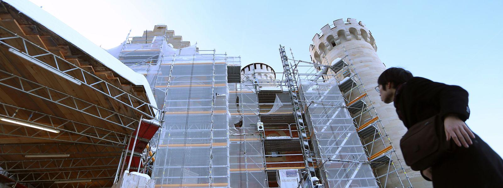 Eingerüstet ist das Torhaus des Schlosses Neuschwanstein. Das Schloss wird derzeit für 20 Millionen Euro restauriert.