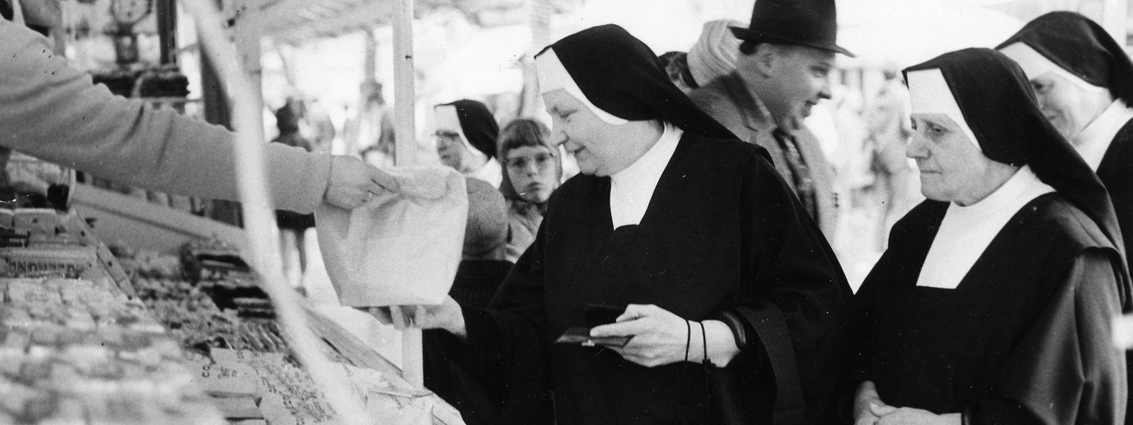 Süße Versuchung: Ordensschwestern decken sich am Oktavmäertchen mit Confiserie ein.