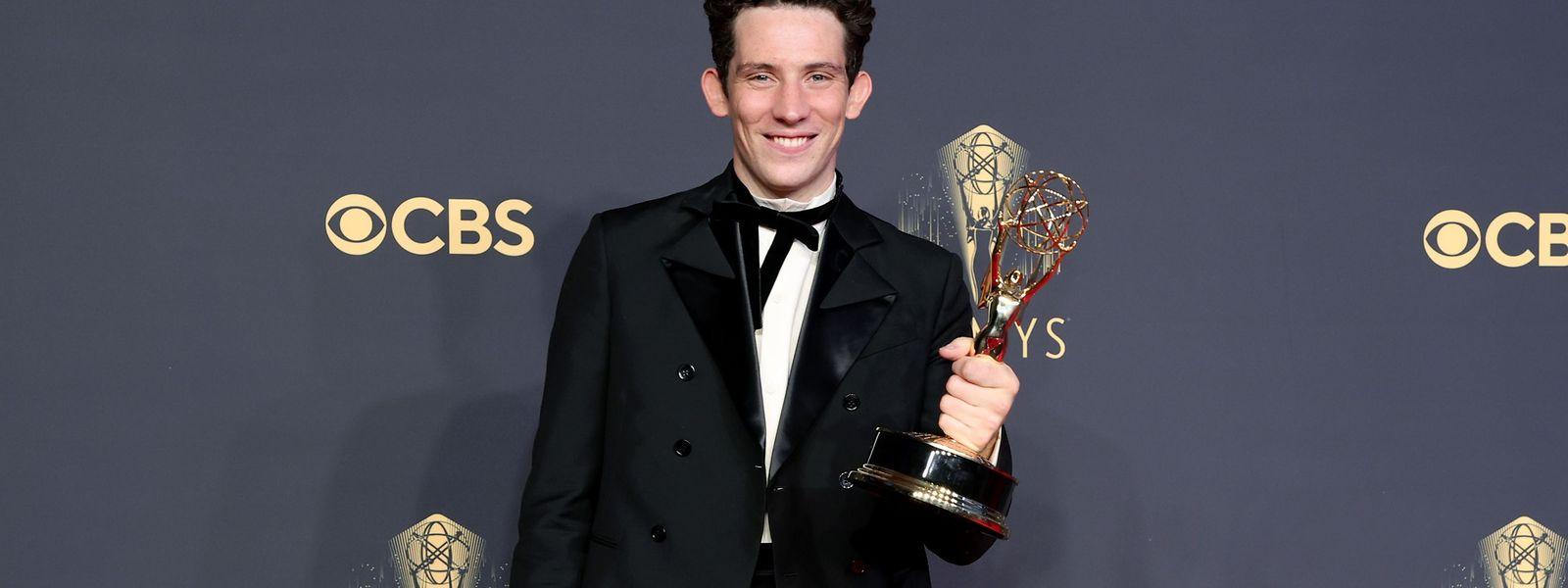 """Josh O'Connor (""""The Crown"""") mit der Trophäe für die beste Hauptrolle."""