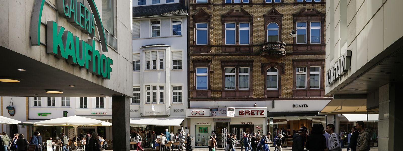 Durch die Fusion von Karstadt und Kaufhof wächst in deutschen Städten die Angst vor Filialschließungen. In Trier gibt es gleich drei dieser Warenhäuser. Zwei davon stehen sogar direkt nebeneinander.