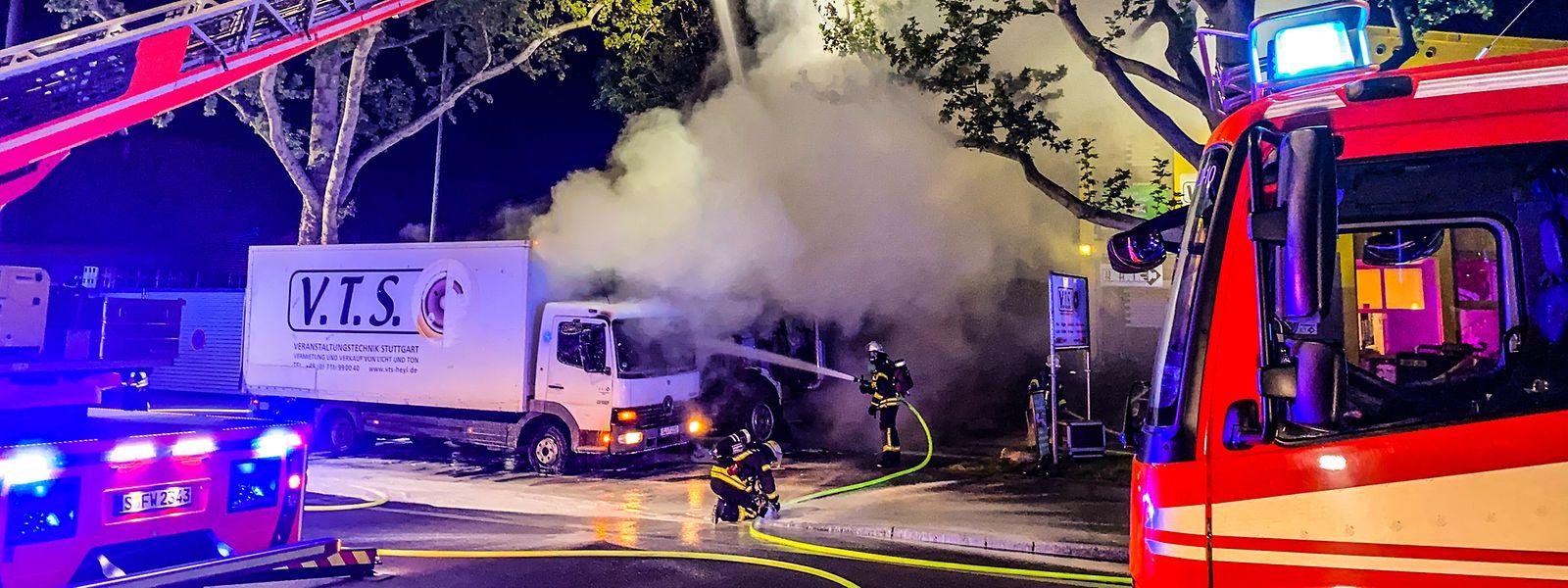 Stuttgart: Feuerwehrleute löschen LKW die mit Veranstaltungstechnik beladen sind.