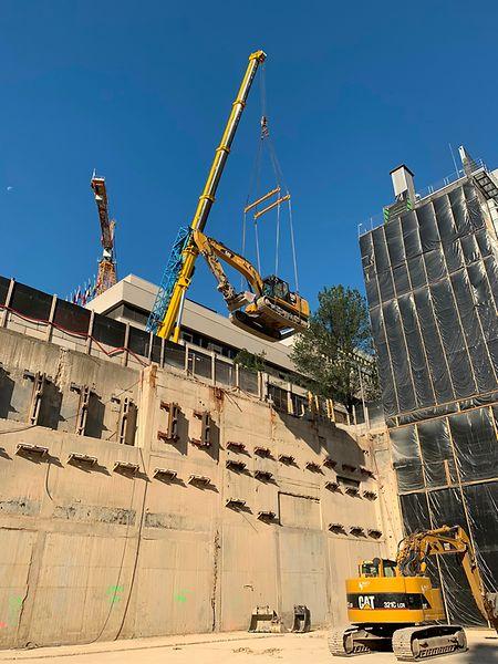Les grues de 22 tonnes ont été soulevées depuis le fond de la fosse vers la surface, à la fin des travaux en juillet.