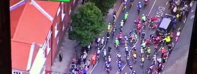 Plusieurs coureurs sont allés s'encastrer dans le coffre du véhicule mal garé.
