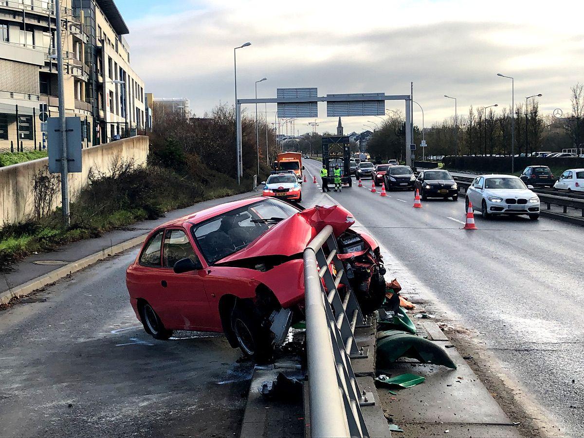 Der Fahrer fuhr an der Autobahnunterführung gegen eine Leitplanke.