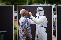 31.07.2020, Schleswig-Holstein, Heide: Ein Mann lässt sich an einer mobilen Teststation auf das Coronavirus testen. Bis zum Abend des 29.07.2020 gab es im Kreis Dithmarschen 44 Infektionen innerhalb von 7 Tagen. Wegen der stark gestiegenen Corona-Neuinfektionen gelten in der Dithmarscher Kreisstadt vom 31.07.2020 an wieder strengere Schutzmaßnahmen. Foto: Daniel Reinhardt/dpa +++ dpa-Bildfunk +++