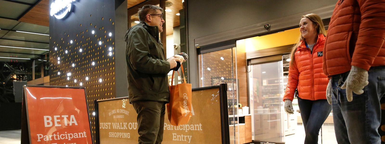 Amazon-Mitarbeiter vor dem neuen Amazon Go Shop.