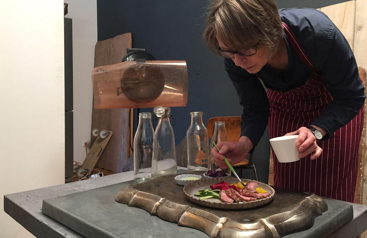 Ein wenig Speiseöl lässt die Fleischscheiben auf dem Foto frischer wirken. Food-Stylistin Anke Rabeler trägt es mit einem kleinen Pinsel auf.