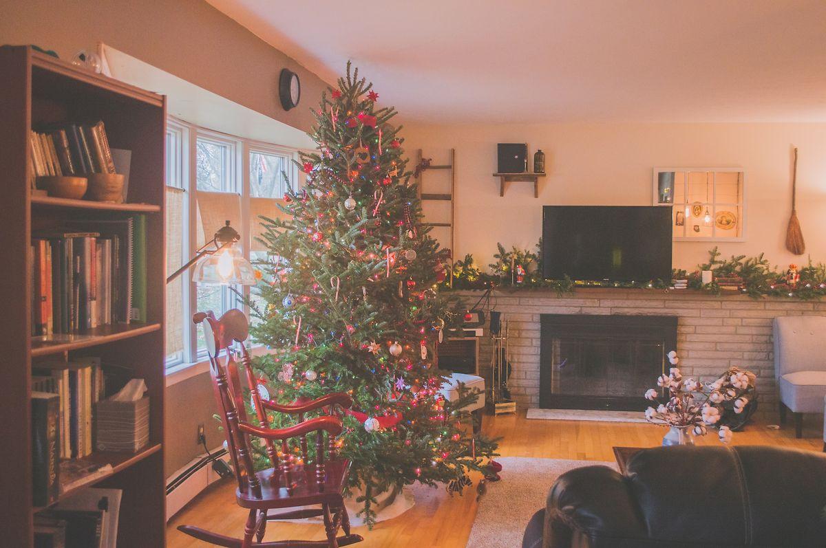 Wer den Weihnachtsbaum schon vor Heiligabend aufstellt, spart sich einiges an Weihnachtsstress.