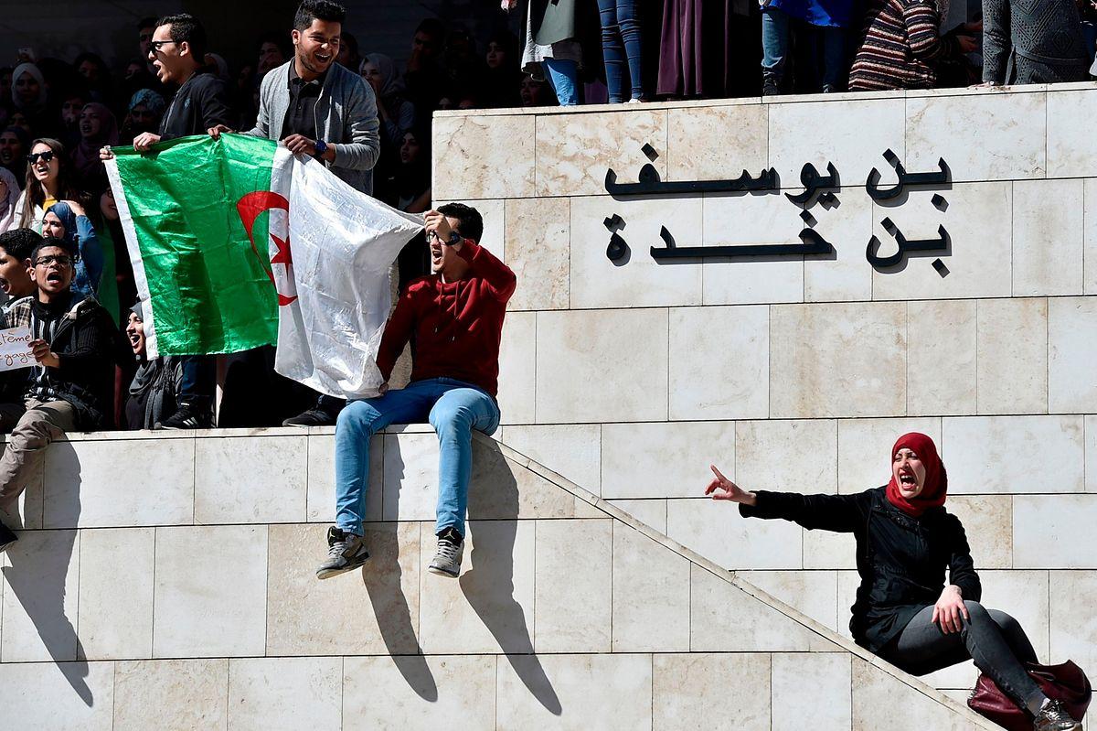 Studenten demonstrieren vor der medizinischen Hochschule in Algiers.