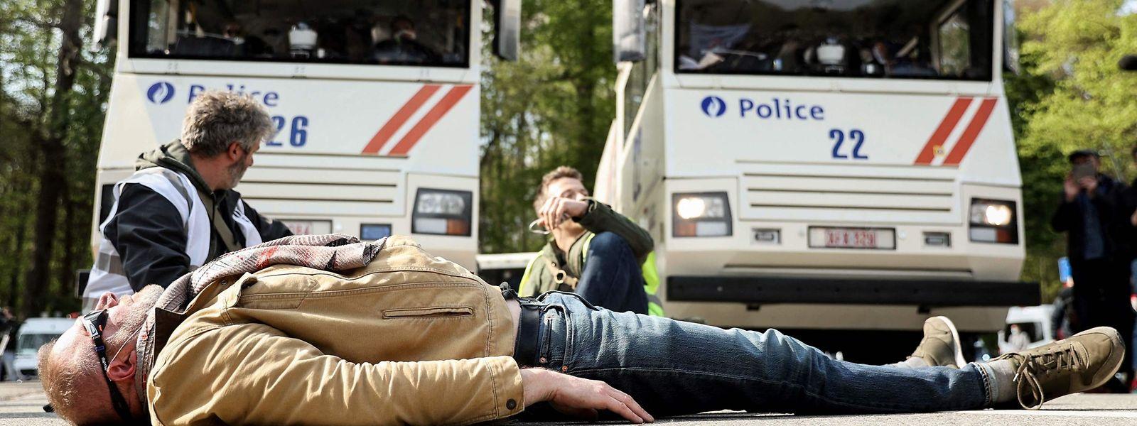 La contestation n'est pas seulement dans la rue, la scène politique s'agite autour de la sortie de crise en Belgique.