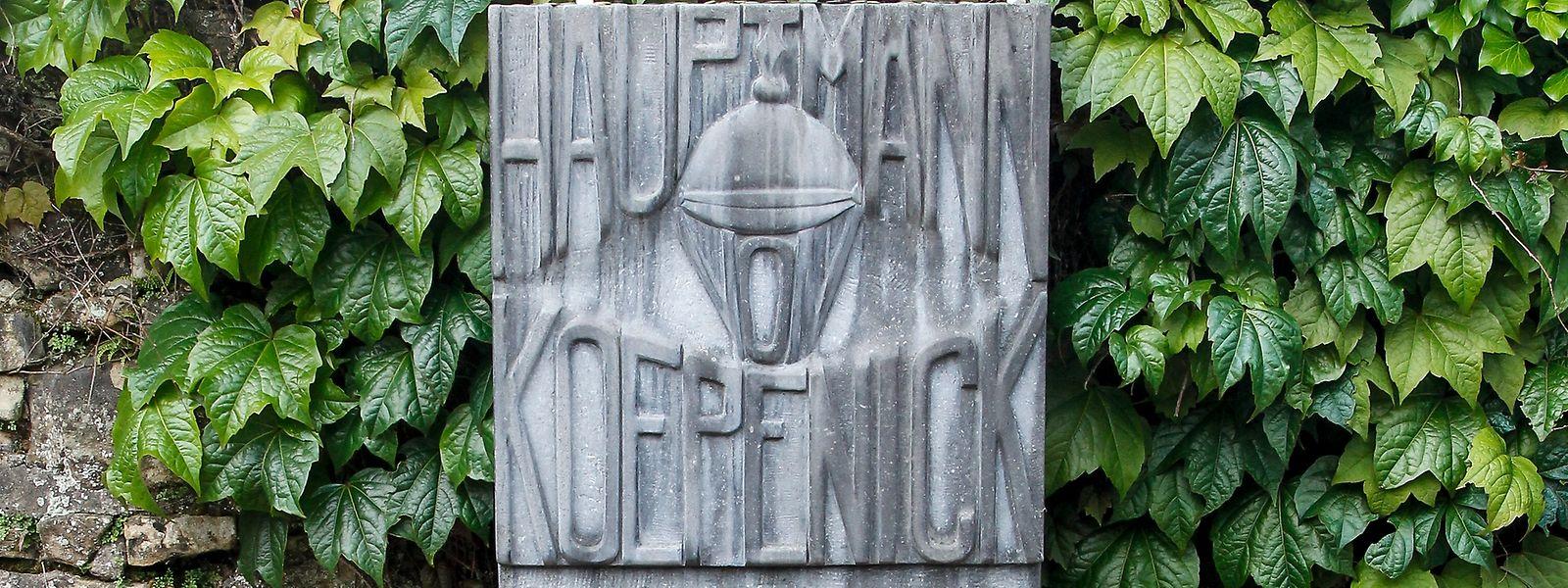 Den Grabstein des Hauptmanns von Köpenick, alias Wilhelm Voigt, auf dem hauptstädtischen Friedhof Notre-Dame schmückt neben einem Schriftzug auch eine eingemeißelte Pickelhaube.