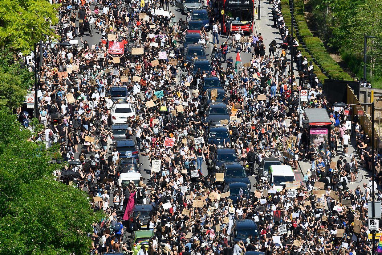 Imagens do protesto deste domingo, em Londres, contra a violência policial nos EUA, que levou à morte de George Floyd.
