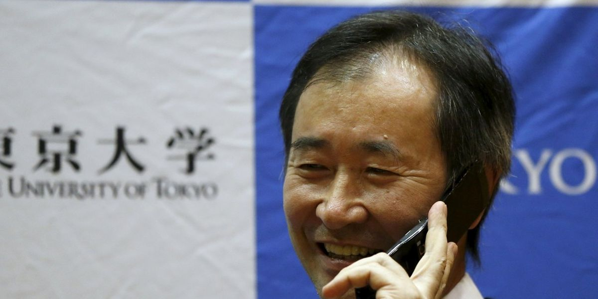Takaaki Kajita erhielt während einer Pressekonferenz einen Gratulationsanruf vom japanischen Premierminister Shinzo Abe.