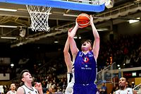 Ben Kovac (Basket Esch #13) gegen Eric Jeitz (T71 #12) - T71 Dudelange-Basket Esch - Total Ligue Men - 6. Spieltag - Foto: Serge Waldbillig