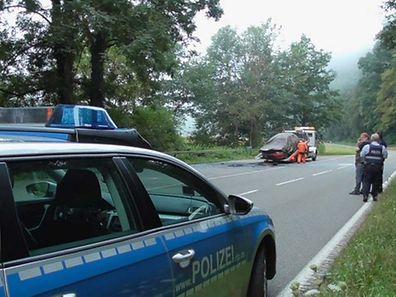 Das komplett ausgebrannte Auto wird am Dienstag verladen, um polizeilich untersucht zu werden.