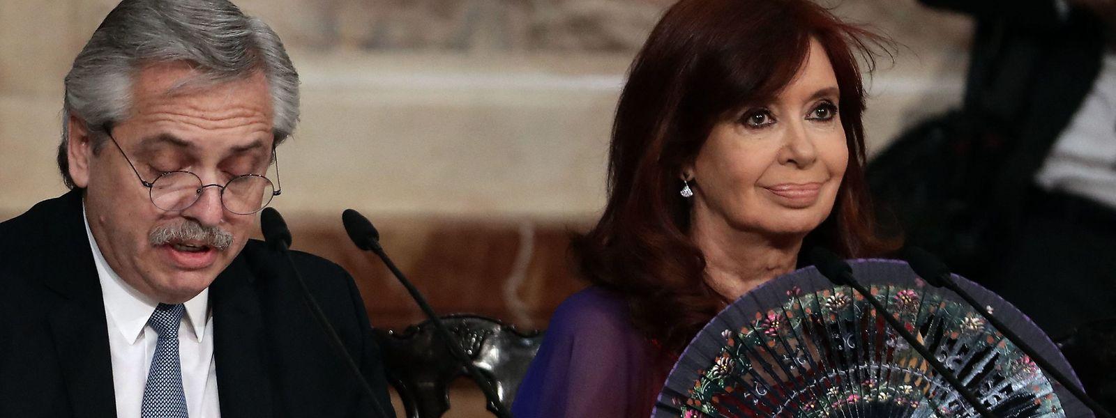 Presidente argentino Alberto Fernandez (e) faz um discurso, ao lado da Vice-Presidente Cristina Fernandez de Kirchner (d), durante a inauguração do 138º período de sessões ordinárias no Congresso em Buenos Aires em março de 2020.