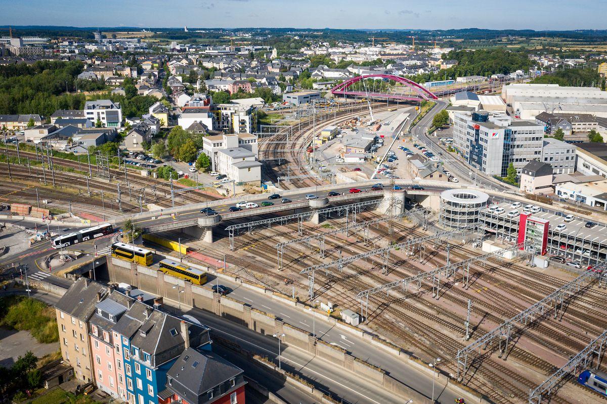 En plein cœur du quartier Gare, le Pont Büchler sera dédié à toutes les formes de mobilité, du tram aux piétons en passant par les autos, les bus et les vélos.