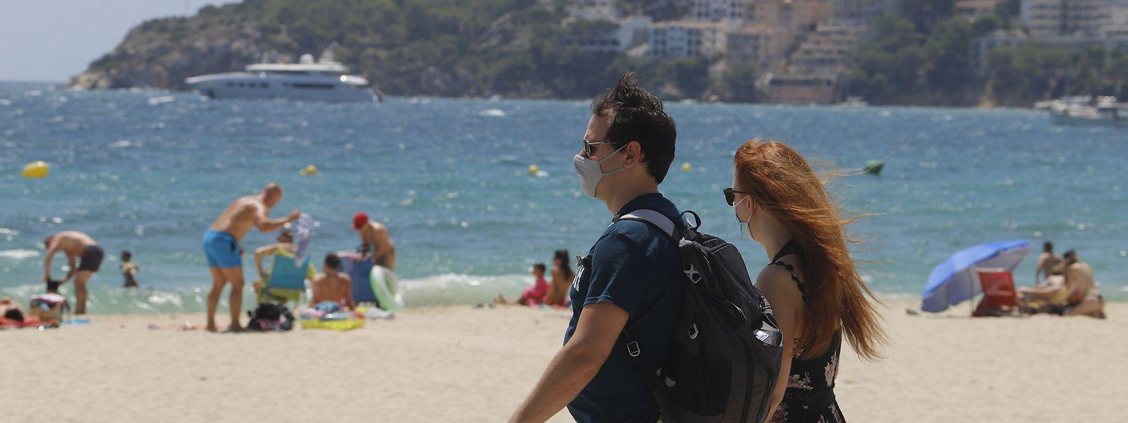 Auf Mallorca sollen - mit wenigen Ausnahmen - in der Öffentlichkeit immer Masken den Mund und die Nase bedecken.
