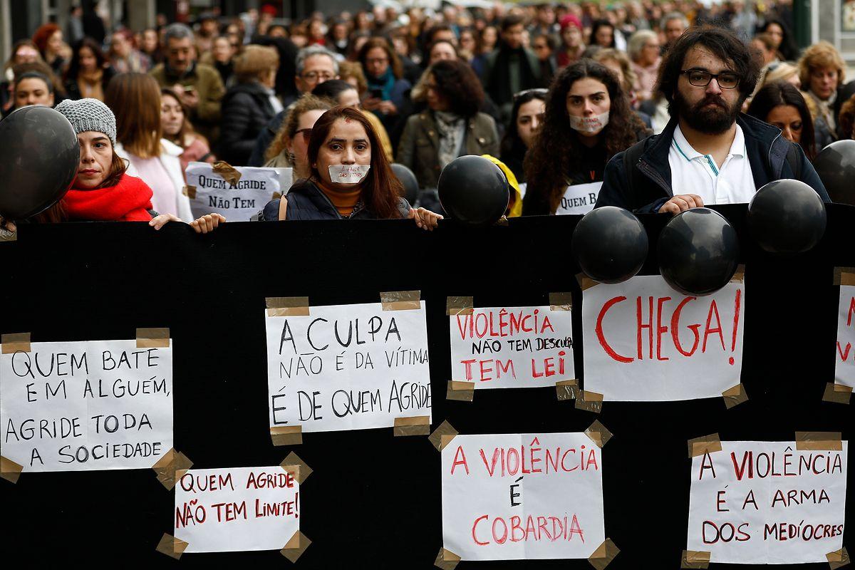 Manifestantes em protesto durante a marcha solidária silenciosa pelas vítimas de violência doméstica, entre o Marquês de Pombal e a Assembleia da República, em Lisboa