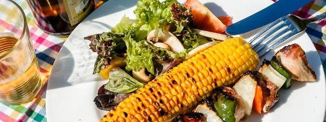 Knusprige Maiskolben und Spießchen mit Gemüse, Fleisch oder Fisch lassen sich schnell in einer Pfanne anbraten.