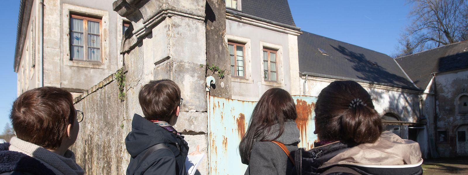 Die Denkmalschützerinnen bei der Prospektion zu Fuß vor einem Gehöft an der Hauptstraße in Rollingen.