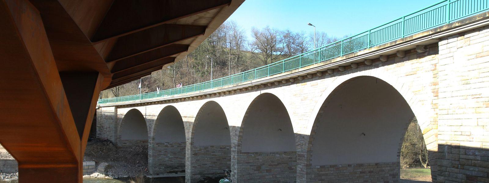 Die 70 Jahre alte Sauerbrücke verfügt über fünf aus Hausteinen errichtete Rundbögen. Parallel dazu wurde nun eine neue Brücke errichtet (links). Diese wird in Kürze für den Verkehr freigegeben.