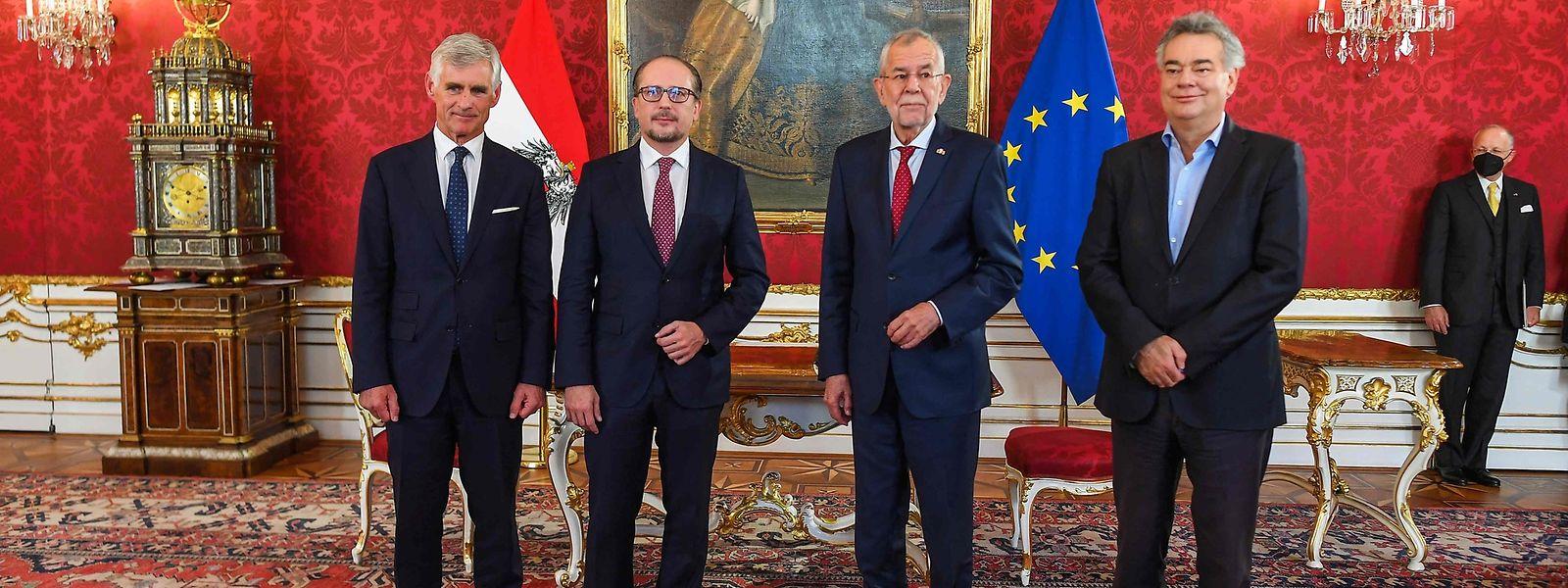 Der neue österreichische Kanzler Alexander Schallenberg (2.v.l.), der neue Außenminister Michael Linhart (l.) mit Bundespräsident Alexander van der Bellen und Vizekanzler Werner Kogler (r.).