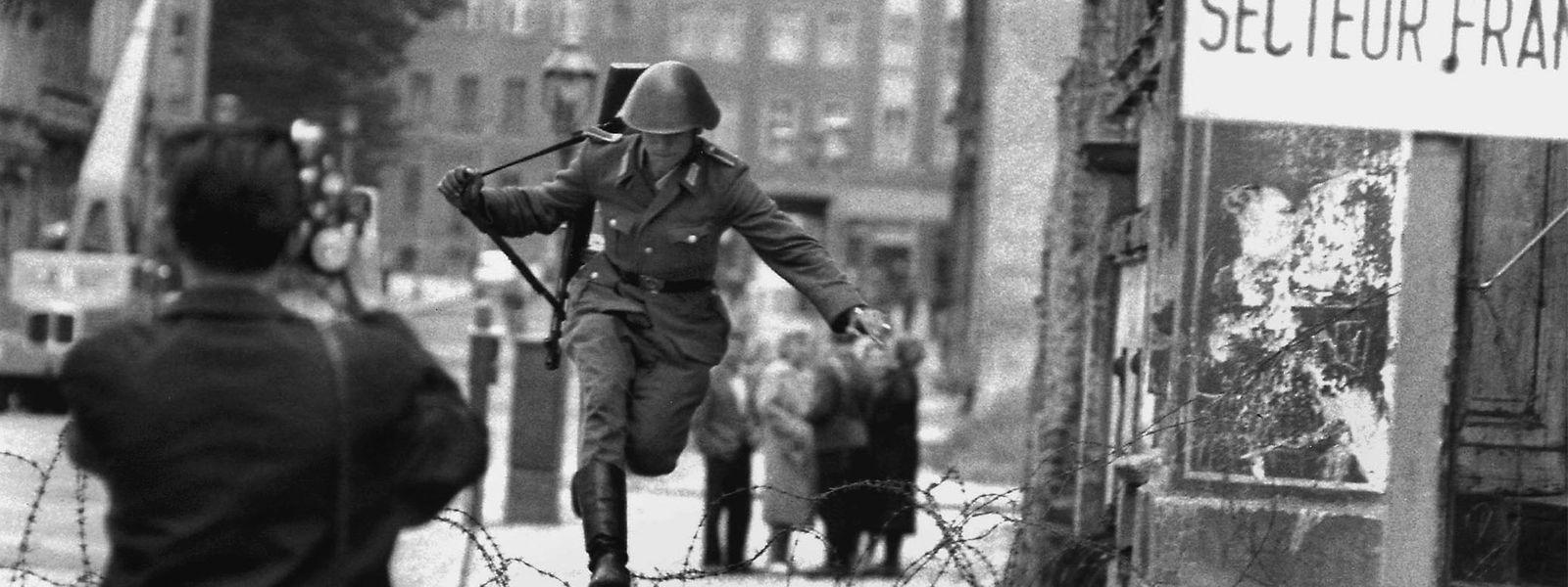 Ein Foto, das um die Welt geht. Am 15. August 1961 springt der DDR-Grenzpolizist Conrad Schumann über den Stacheldraht in den Westen.
