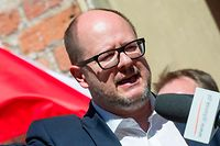 Picture taken on April 21, 2018 shows the Mayor of Gdansk Pawel Adamowicz as he gives a speech in front of people taking part in an antifascist demonstration in Gdansk, Poland. - A knife-wielding assailant stabbed the mayor of the Polish port city of Gdansk in front of hundreds of people at a charity event, leaving the politician fighting for his life on Monday, January 14, 2019, after five hours of surgery. (Photo by Simon Krawczyk / AFP) / ALTERNATIVE CROP