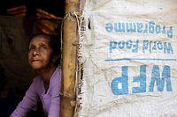 ARCHIV - 30.03.2014, Myanmar, Sittwe: Eine ältere Muslima schaut aus einem Zelt im Flüchtlingslager Thel Chaung bei Sittwe in der Rhakine-Region in Myanmar. Der diesjährige Friedensnobelpreis geht an das Welternährungsprogramm (WFP). Das gab das norwegische Nobelkomitee am Freitag in Oslo bekannt. Foto: Lynn Bo Bo/EPA/dpa +++ dpa-Bildfunk +++