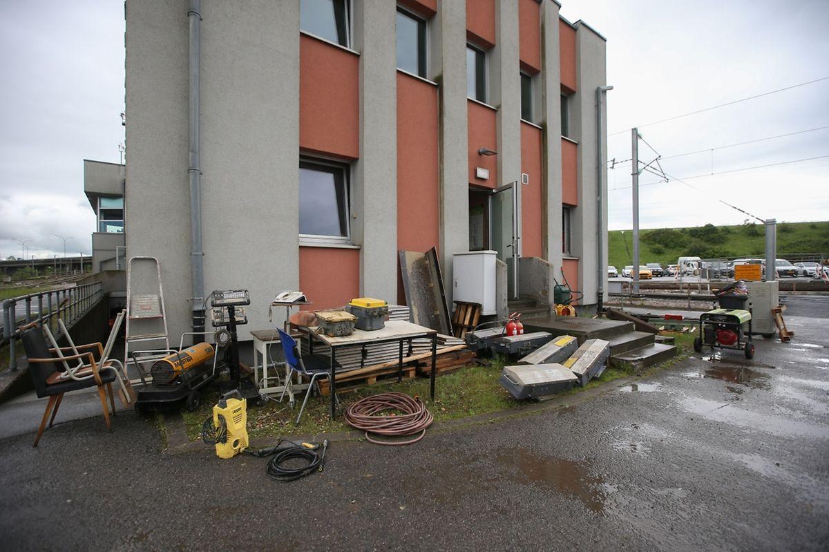 Les fameuses armoires de relais électromécaniques qui contrôlent les signaux et les aiguillages sur le tronçon entre Bettembourg et Thionville se trouvent dans ce bâtiment.