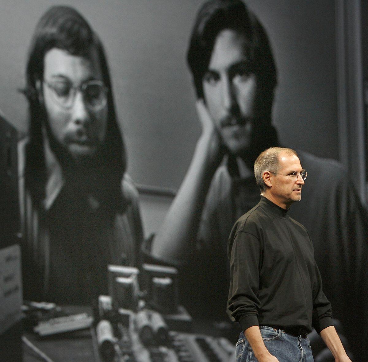 Das Foto zeigt Steve Jobs im Jahr 2007 und in jüngeren Jahren mit Steve Wozniak (l.).