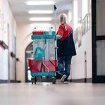 Empregadas de limpeza e cabeleireiras entre as profissões que podem vir a ser obrigadas a vacinar