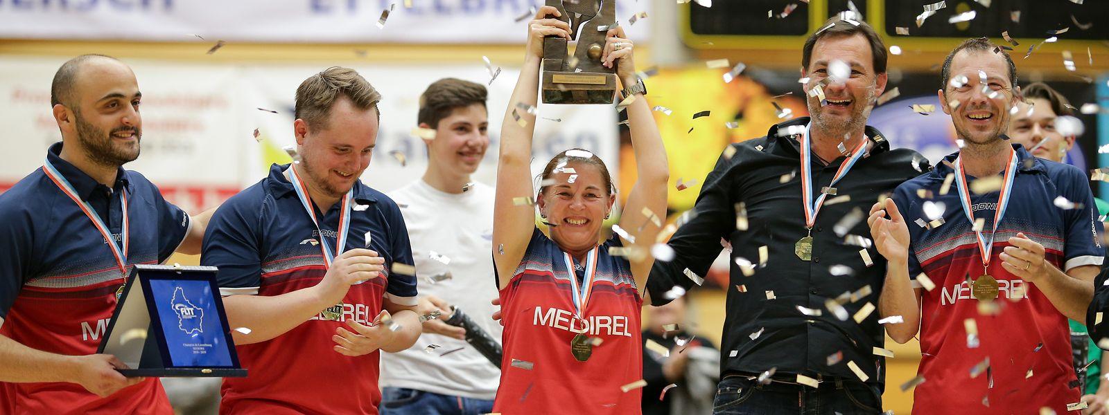 Mittendrin, statt nur dabei: Im Meisterschaftsfinale 2019 spielt Bianca Bauer mit. Am Ende jubelt sie mit Fabio Santomauro, Gilles Michely, Trainern Steve Goetzinger und Zoltan Fejer-Konnerth (v.l.n.r.) mit dem Pokal.