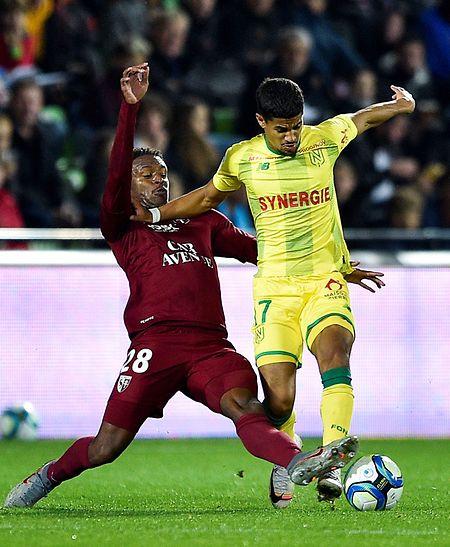 Manuel Cabit (à g., au duel avec le Nantais Ludovic Blas), très bon face à Nantes, possède de grandes chances de débuter sur le flanc gauche de la défense messine