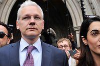 ARCHIV - 13.07.2011, Großbritannien, London: Wikileaks-Gründer Julian Assange (M) und seine Anwältin Amal Alameddine, heute Amal Cloony, verlassen den High Court. Assange ist nach Angaben der britischen Polizei in London festgenommen worden. Zuvor hatte ihm die Regierung des lateinamerikanischen Landes das diplomatische Asyl entzogen. Foto: Andy Rain/EPA/dpa +++ dpa-Bildfunk +++