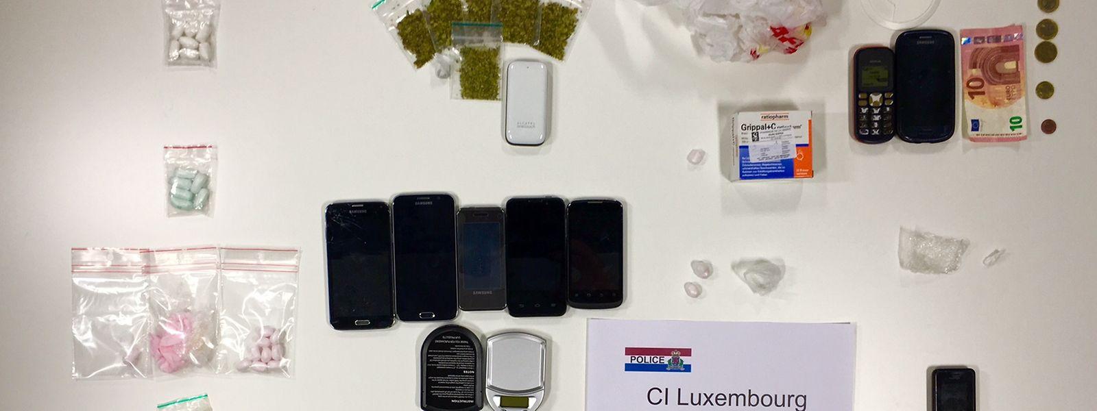 Mobiltelefone, Drogen und Bargeld wurden beschlagnahmt.